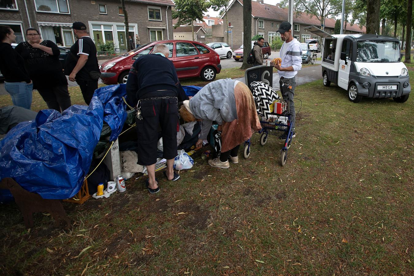 Mensen brengen koffie en broodjes bij een dakloze vrouw die een tijdje op een bankje zat aan de Groenewoudseweg  in Eindhoven.