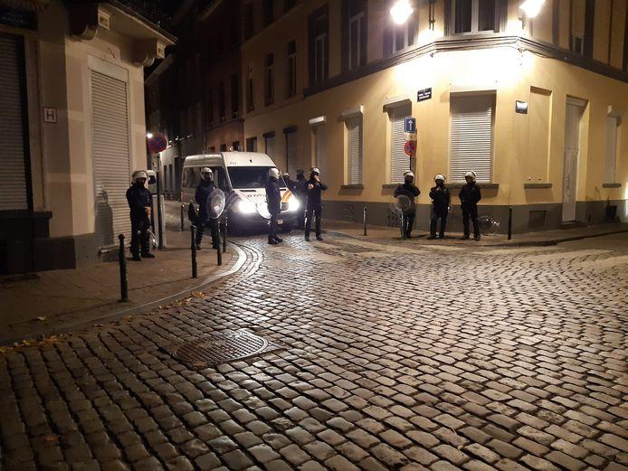 Om 23.30 uur was de politie nog met veel manschappen bezig met het opmeten van alle schade en het doorzoeken van gebouwen. Zelfs het waterkanon stond klaar.
