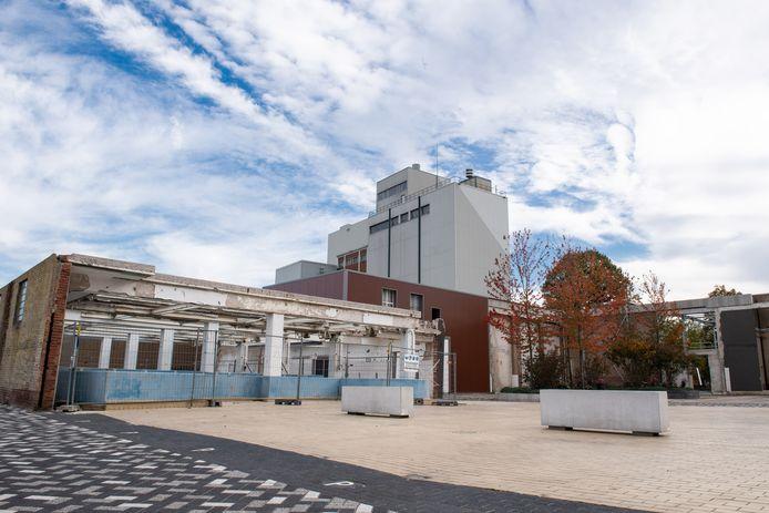 De voormalige Kaasfabriek is gesloopt. Als cultuurhistorisch element zijn de blauwe pekelbaden blijven staan. Maar deze geven een rommelige aanblik, vinden SP en D66.