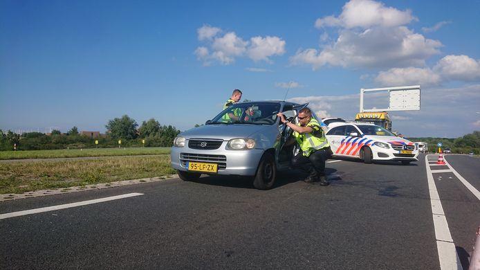 Politiemannen ontfermen zich over één van de twee auto's.