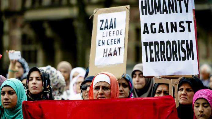 Moslims demonstreren in Den Haag tegen terrorisme