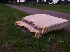 Afval gedumpt in Daarlerveen, buurtbewoners roepen daders op zich te melden