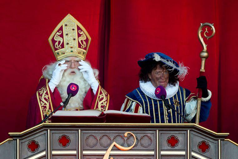 Sinterklaas en Zwarte Piet houden een toespraak bij aankomst in Antwerpen. Beeld BELGA