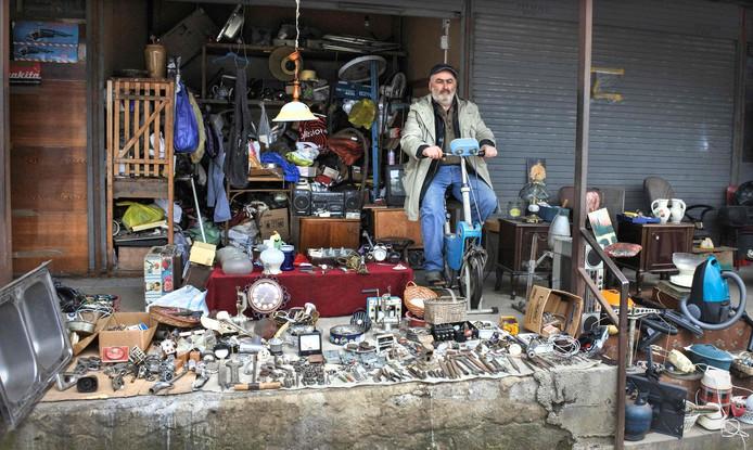 Een straatverkoper werkt aan zijn figuur terwijl hij op klanten wacht op een rommelmarkt in het centrum van de Georgische hoofdstad Tbilisi. Foto Vano Shlamov