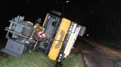 Kraanwagen van 90 ton glijdt in gracht