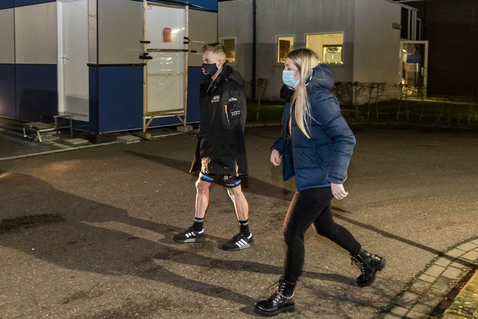 Iserbyt en zijn vriendin Fien Maddens bij het verlaten van het ziekenhuis.
