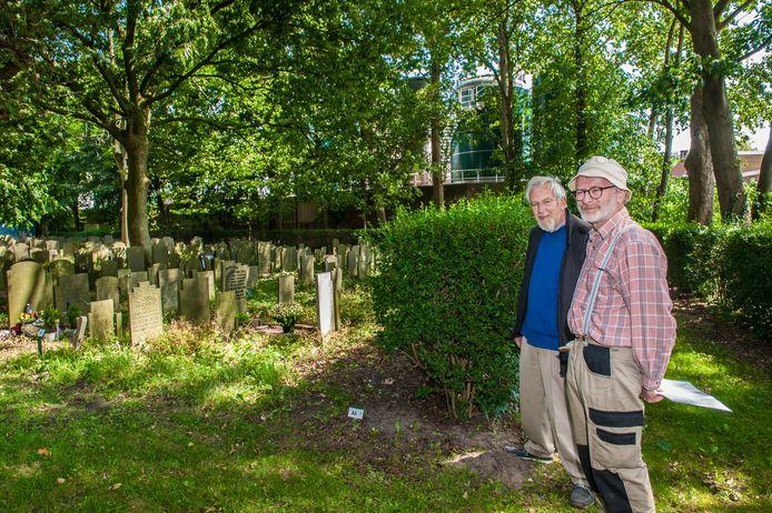 Wil Bik (links) en Koos Massar van de stichting Oude Begraafplaats bij de plek waar in 1945 bijna zestig Gouwenaars anoniem zijn begraven.
