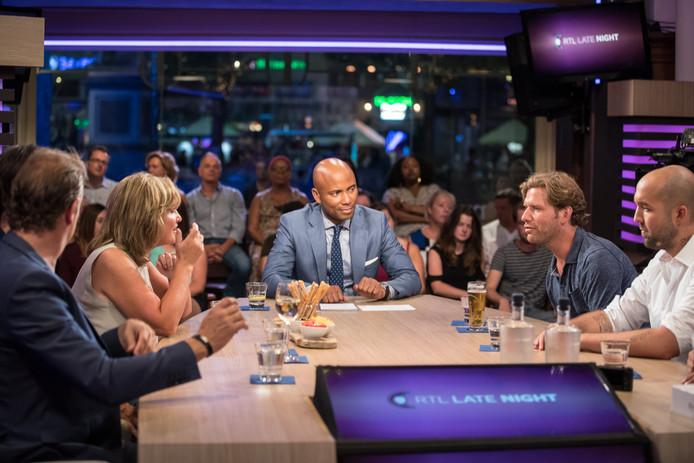 Humberto Tan aan tafel met gasten tijdens een uitzending van RTL Late Night.