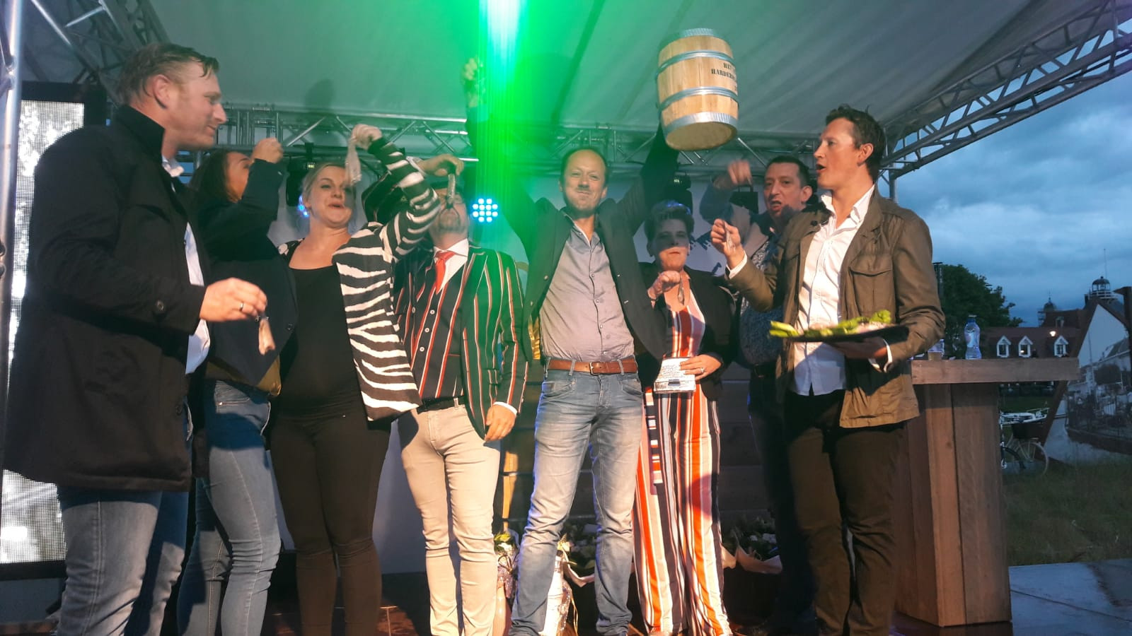 Victor Dijkshoorn van VIC Landscaping is de trotse eigenaar van het eerste vaatje Harderwijkse haring