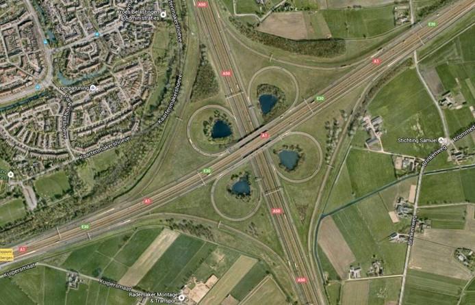 Het zogenaamde klaverblad, waar de A1 en A50 elkaar kruisen.