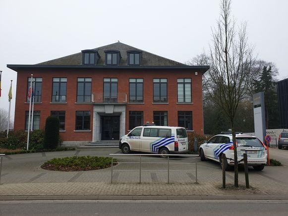 Politie en brandweer snelden naar het gemeentehuis