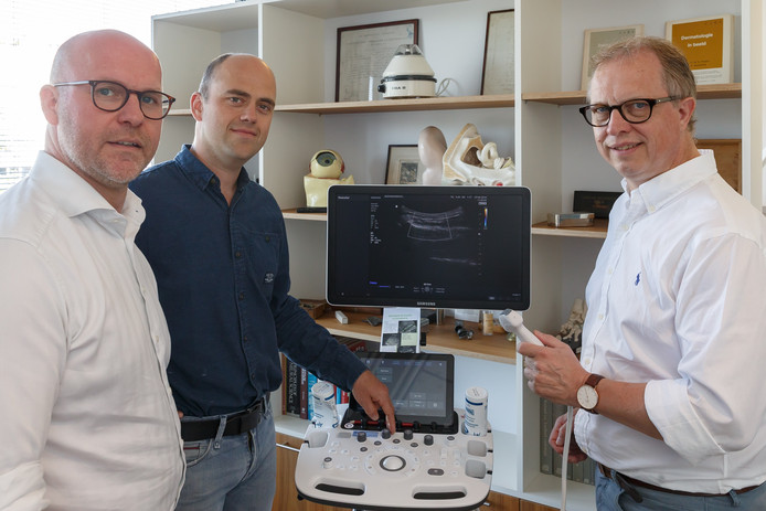 De Heerder huisartsen Erik Jan de Ruiter (links), Jaap Morgenstern en vaatchirurg Jacques Oskam (rechts) zijn enthousiast over het wondspreekuur bij de huisartsenpraktijk.