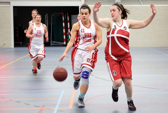 Sheila van Broekhoven van WWB Giants speelt Marit Eenkhoorn van Agathos voorbij.