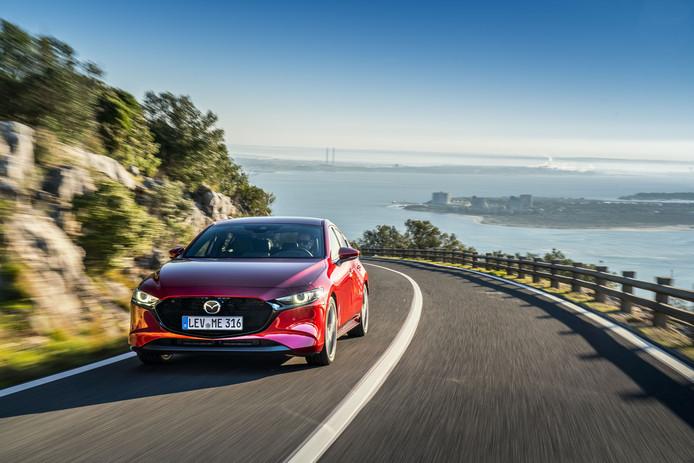 Met z'n opvallende design  trekt de nieuwe Mazda 3  veel bekijks.