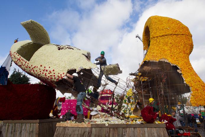 De Klompen 'dance' van Crescendo wordt onderhanden genomen bij het afbreken van de corsowagens in 2015
