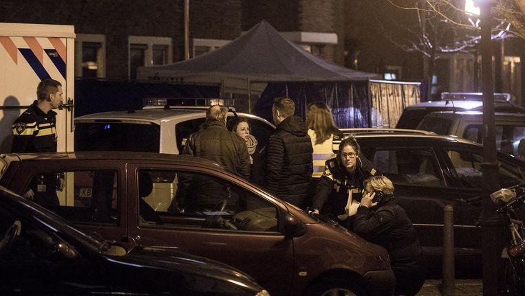 Medewerkers van de recherche onderzoeken in de Cornelis Springerstraat de aanslag op Anass el Ajjoudi Beeld Maarten Brante