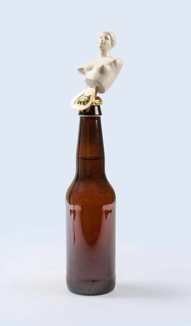 Flessen openen als een godin Beeld stock