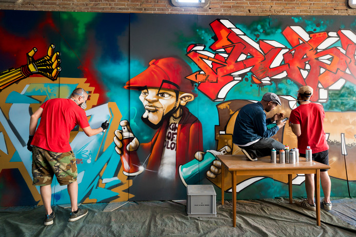 Kings of Colors spuit met 8 mensen een graffiti van 90 vierkante meter die te zien zal zijn in de tentoonstelling over de jaren 80.