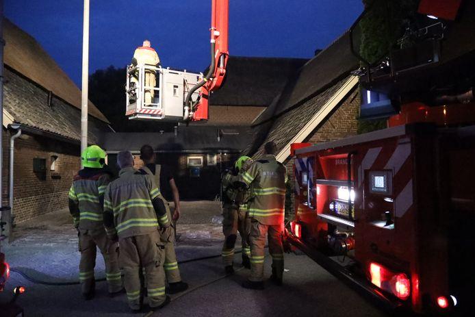 De brandweer bij De Steenen Camer in Arnhem-Zuid.