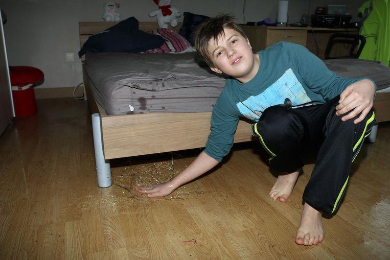 Yarne in de slaapkamer waar het water een halve cm hoog staat op de vloer - Turnhout - 31-1-2018 - Tekst : JVN