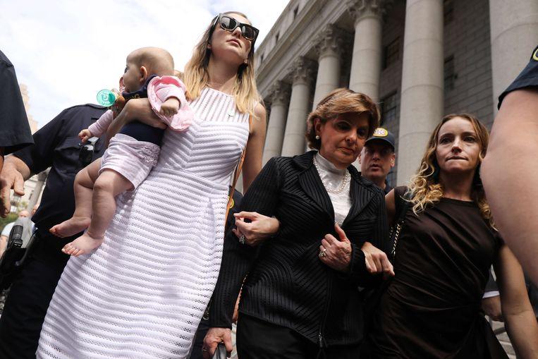 Advocaat Gloria Allred (midden) met aan weerszijden twee vrouwen die zeggen te zijn misbruikt door Jeffrey Epstein. Beeld Spencer Platt/AFP