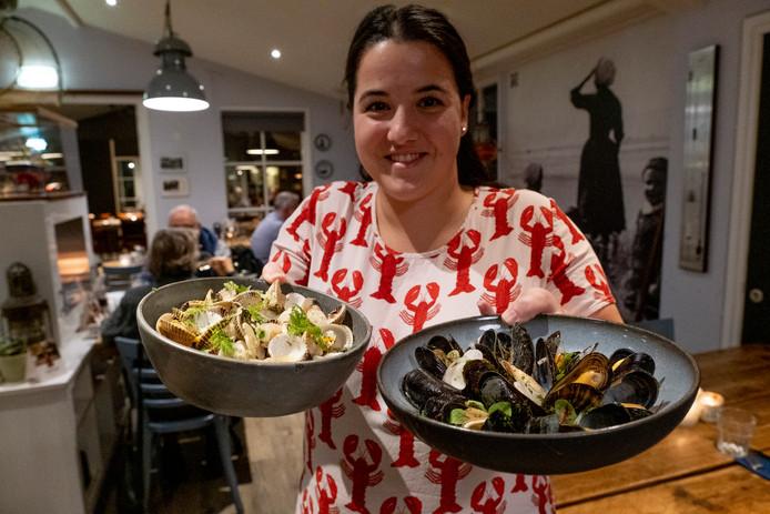 Amber de Bruine serveert mossels en kokkels.