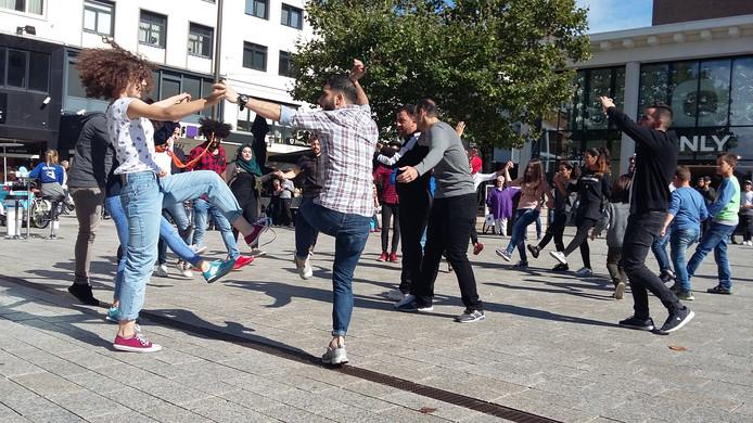 Dansende Syriërs in 2017 tijdens de flashmob voor de Primark in Nijmegen.