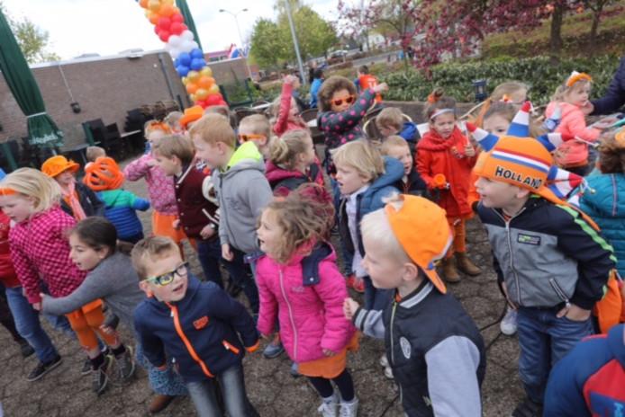 Kinderen in Maarheeze tijdens Koningsdag 2017.