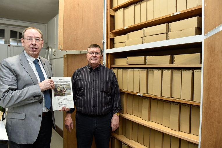 Ben Waterschoot (links) en Tony Drieghe zoeken een nieuw onderkomen voor hun uitgebreid archief van Familiekunde.