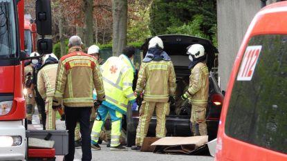 Wagen belandt tegen woning: brandweer moet bestuurder en passagier bevrijden