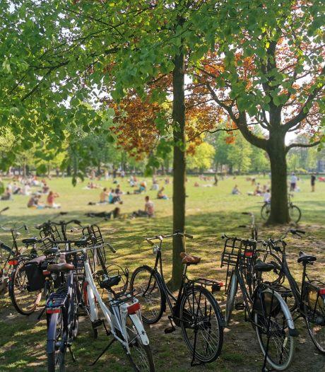 Weer te druk in Utrechtse parken: boete en tientallen officiële waarschuwingen voor corona-overtreders