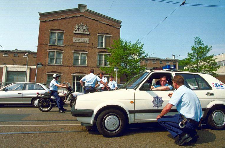 Politiemensen bijeen in 1993 na een ontsnapping uit de gevangenis aan de Havenstraat in Amsterdam.  Beeld Foto Frans van der Linde / ANP