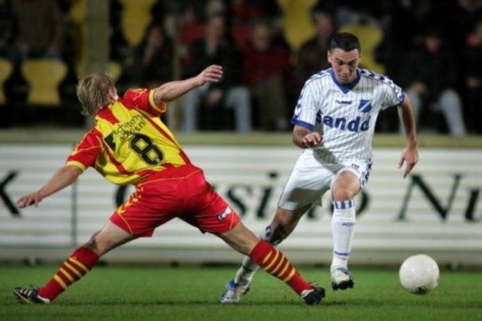 Ahmet Kilic (rechts) omzeilt namens zijn voormalige club AGOVV Tim Gilissen van Go Ahead Eagles. foto Peter Lous/Pro shots