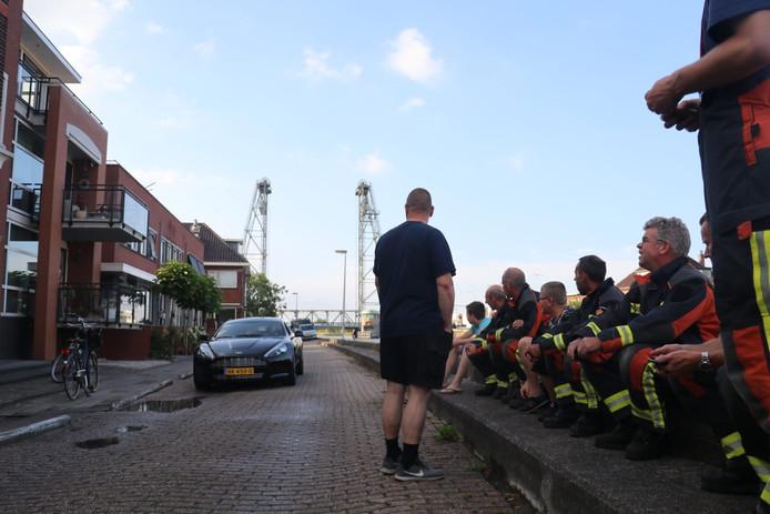 Veel water is het niet, maar toch rukten er veel brandweerlieden op de scheur in de dijk uit.