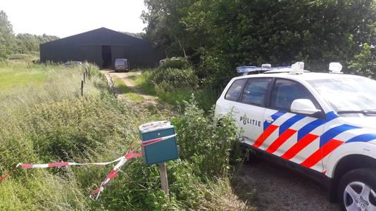 Politie bij het drugslab in het buitengebied van Baak.