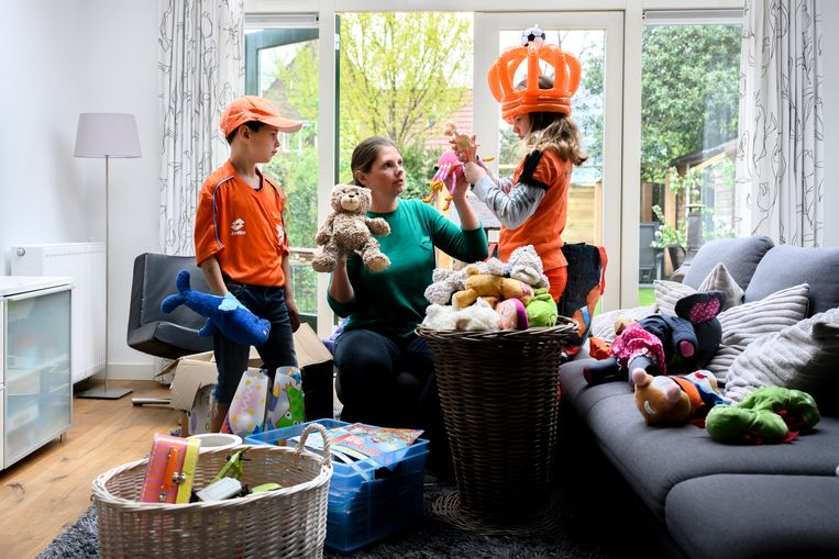 Marije Brinkman en haar kinderen Marnix (7) en Josien (9) zoeken speelgoed uit dat ze vandaag hopen te verkopen op de vrijmarkt in Deventer.  Beeld  Bram Petraeus