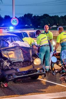 Vrouw botst op stilstaande auto op Bechtweg: één gewonde
