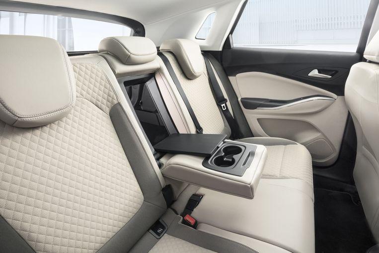 Achterin worden de passagiers niet vergeten: stoelverwarming, eigen airco en meer dan voldoende beenruimte. Beeld