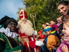 Roetveegpiet naast Zwarte Piet in Gouda