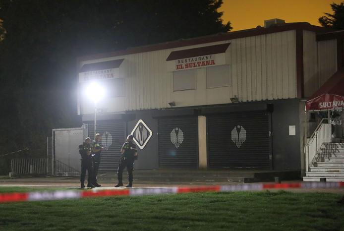 De politie doet onderzoek bij de beschoten Club Magnum aan de Van der Hagenstraat in Zoetermeer.