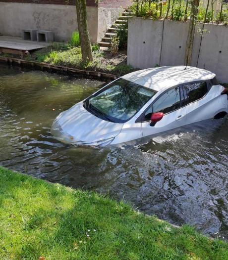 Geen handrem; auto te water in Almelo