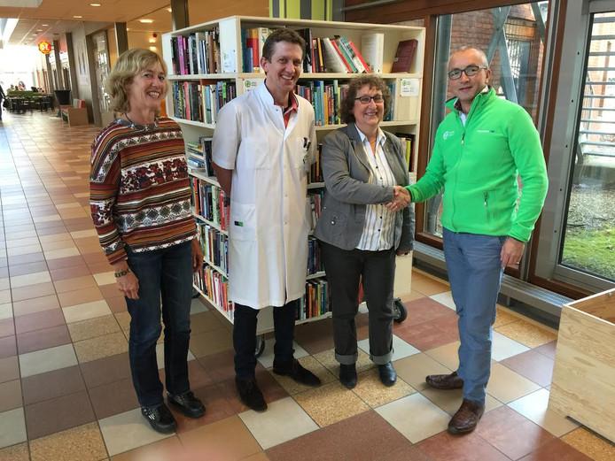 Frank Tofield (r.) feliciteert Marga Genemans met de donatie, in bijzijn van uroloog Anton Breeuwsma en Margot Cuijsters, vrijwilliger van ETZ Buiten Gewone Grenzen.