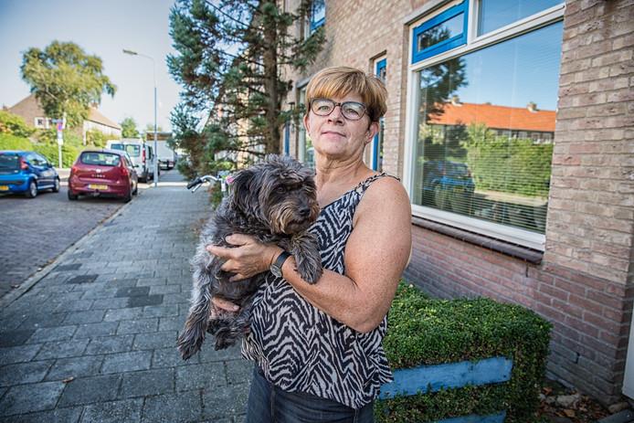 Ingrid van Waarde laat ook 's avonds haar viervoeter Nina zonder aarzelen uit.