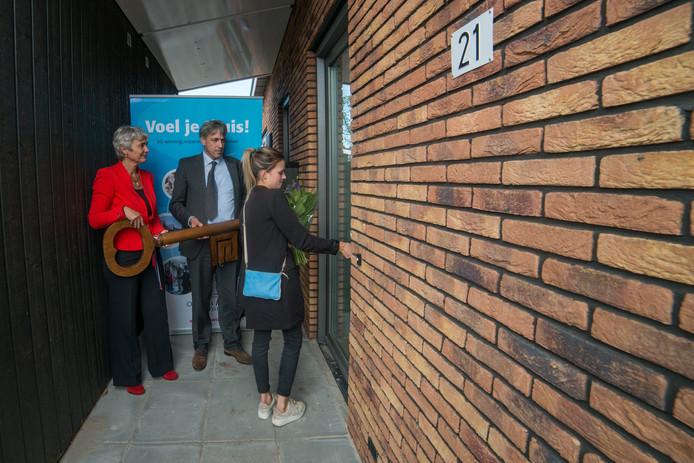 Tyrza Wer van Bemmel opende deur van haar nieuwe woning in Nunspeet.