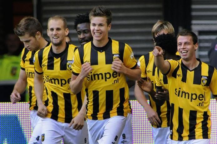 Blijdschap bij Vitesse, met op de voorgrond (vlnr) Frank van der Struijk, Marco van Ginkel en Nicky Hofs. foto Hans Broekhuizen