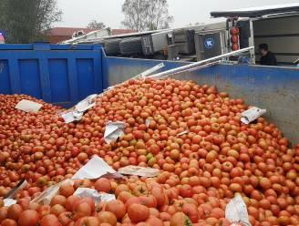 Vrachtwagen met 20 ton tomaten belandt in gracht, brandweer houdt er stevig karwei aan over