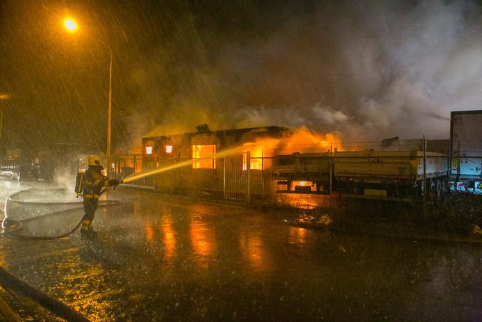 Een keet met daarnaast twee vrachtwagens stonden in brand.