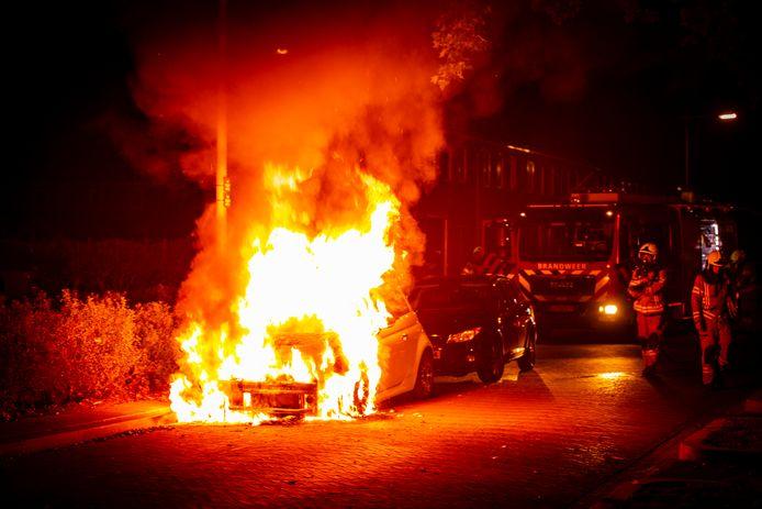 De Fiat 500 aan de Huissensestraat in Arnhem staat al in lichterlaaie als de brandweer arriveert.