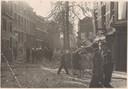 De bommen van de Engelsen richtten enorme schade aan. Niet alleen het bunkercomplex en de villa met Duitse leiders werden geraakt, veel afzwaaiers kwamen in de omgeving terecht. Daarbij vielen vele doden. Dit is een foto van de Museumstraat.