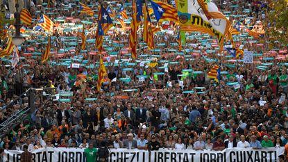 Spaanse premier wil Catalaanse leiders ontslaan, massaprotest in Barcelona